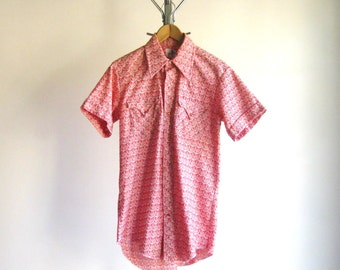 Vintage 1970s Mens Shirt Pearl Snap Western Red White Print Short Sleeve Pointed Collar Rockabilly