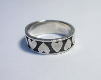 Size 7.5 - Vintage many hearts sterling silver ring - overlaid & oxidized