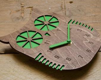 Billy Owl - Modern Wall clock - Green - Walnut