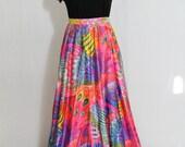Jupe longue 1960 rose au motifs plumes de paons