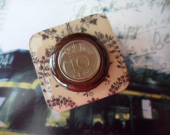 Retro Vintage souvenir coin brooch resin tile background plate with leaf fronds badge pin