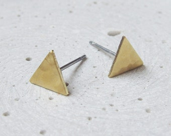 SHAPES earrings triangle - brass hammered