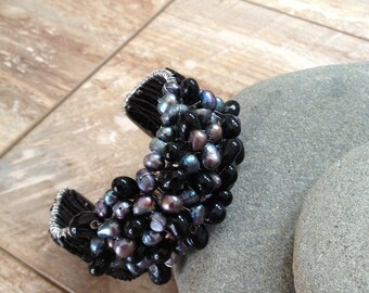 Handmade beaded bracelet with black freshwater pearl beads