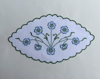 Embroidered doily-oval Centerpieces to blue and green tips with flowers 27.5 x 16 cm
