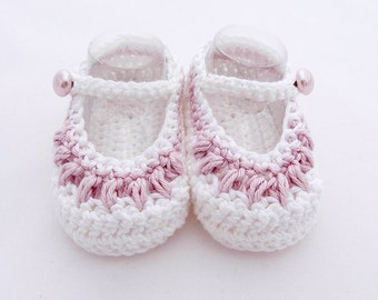 Crochet mary janes baby shoes pink and white for girl. Tetellas Shoes model