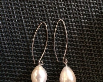 Dangling earrings in silver and Pearl