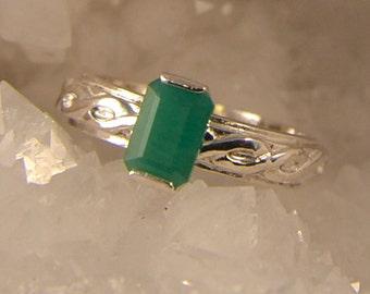 Balance - Emerald gemstone ring