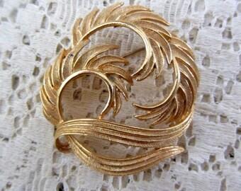 Vintage 1960's Lisner Goldtone Round Swirling Leaf Brooch Mint Condition