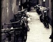Vieux Shanghai - piste cyclable (Photographie noir et blanc impression vie urbaine bicyclettes ruelle noir photographie rue éditoriale, photo Voyage Chine)