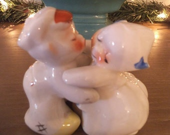 Vintage Collectible Van Tellingen Salt and Pepper Shakers Hugging Kissing Couple  Dutch Boy Girl