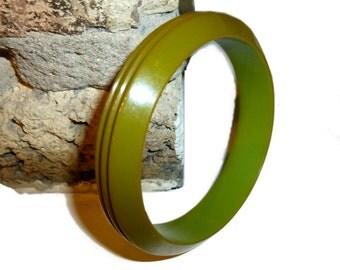 Carved Circles Bakelite Bracelet Bangle. Tested & Guaranteed. 1940s USA.