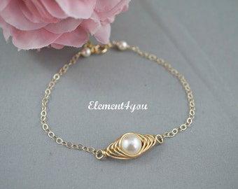 Bridesmaid Jewelry, Pearl bracelet, Bridesmaid gift, Wedding jewellery, Gold or Silver wire wrapped pearl, Dainty bracelet, Bridal jewelry
