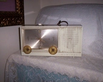 Vintage 1962 Admiral Alarm Clock w/ tube Radio Radio needs repairs Only 7 USD
