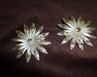 Earrings Vintage Clip On Atomic Mid-Century White Gold Tone Leaf and White Flower