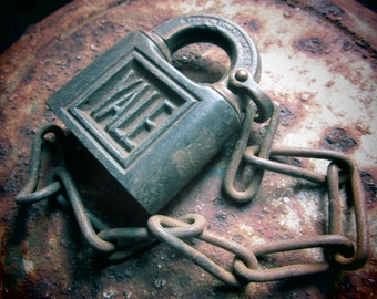 Antique Pad Lock Vicorian YALE  Urban Industrial Hardware NO Key Rustic Decor, Jewelry Supply, Supplies, Old Padlock, Vintage Lock vtg