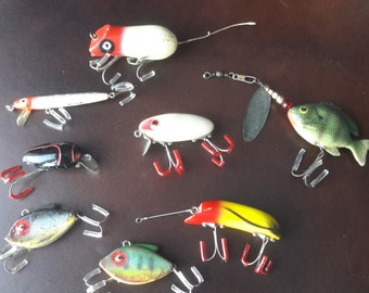 Lot of 8 Vintage fishing lures wood, plastic, and rubber baits for tackle box Heddon Cobra Bright Eyes Millsite Rattle bug Mouse and more !