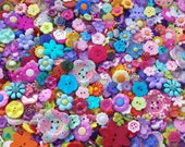 "50 Assorted Summer Flower Garden Buttons - grab bag of bulk flower buttons, bulk buttons multi sizes 1/4"" up to 2"", lots of color & variety"