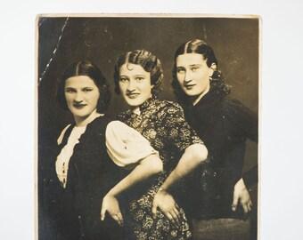 Stylish ladies photo – antique girls photo - antique photo 3 girlfriends - photo studio Europe - Home decor happy ladies photo very old