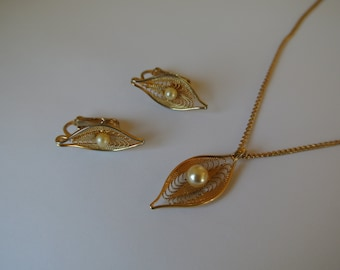 Sarah Cov Covington Vtg Necklace and Earring Set Gold Tone with Faux Pearl sitting on Leaf Chic Classy Jewelry