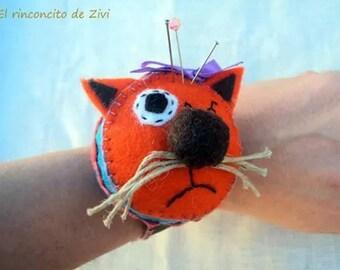 orange felt cat pincushion bracelet, felt cat pincushions, felt pincushion, sewing, gifts for christmas, sewing materials, pin cushions, cat