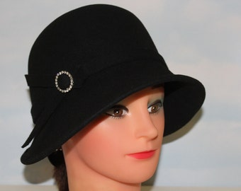 "NEVER WORN! Deadstock! 22 1/2"" 1980s 90s 20s Cloche Style Jet Black Felt Wool Hat"