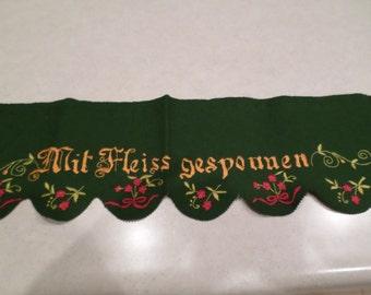 Green Felted Shelf Cover 1930's Mit Fleiss Gesponuen
