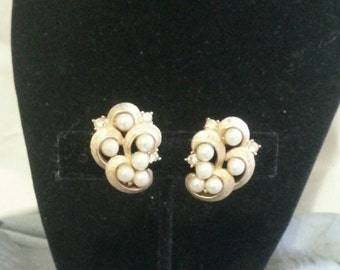 Pearl and Rhinestone gold vintage clip back earrings, women's jewelry