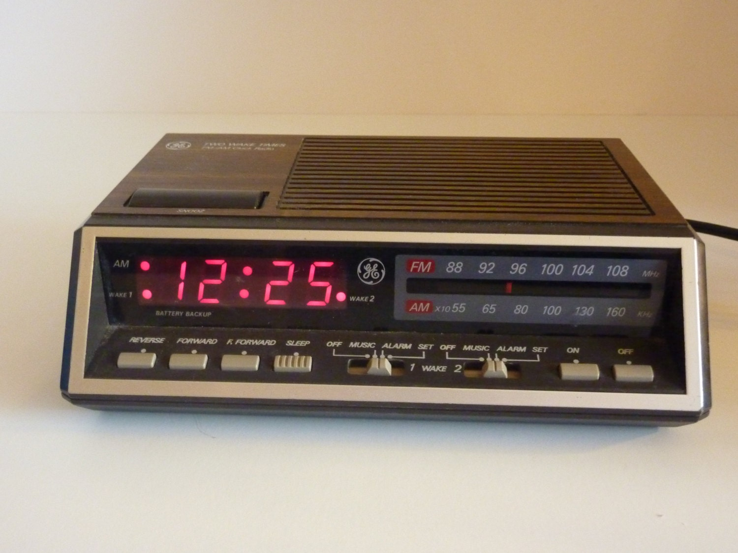 vintage ge am fm clock radio with snooze and double alarm. Black Bedroom Furniture Sets. Home Design Ideas