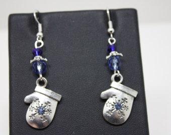 Silvertone mitten fishhook earrings  B432