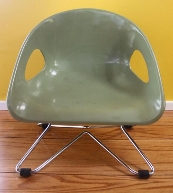 Cosco vert vintage enfants chaise plastique mid century for Chaise enfant eames