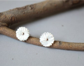 chrysanthemum stud earrings, white flower earrings, for special occasion, for a momery(D35)