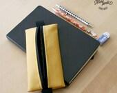 Astuccio portapenne da portare sul quaderno con elastico, realizzato con pelle sintetica gialla