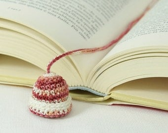 Bookmark to crochet Cap subject