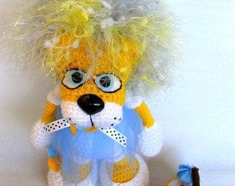 Crochet toy Amigurumi pattern -Katyusha, a little lioness and felt cake.