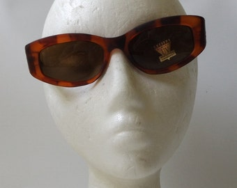 chanel quilted. cat eye sunglasses. 90s vintage. deadstock vintage. tortoise shell. plastic sunglasses. black plastic. yellow. sun glasses