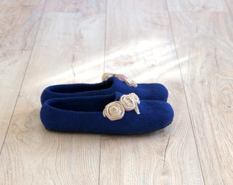Women wool slippers - wool house shoes - felted wool slippers - navy blue slippers with beige roses - Mothers day gift - gift for her