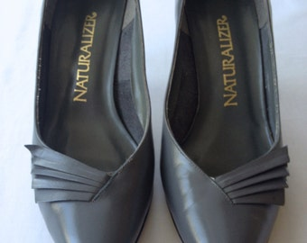 vintage. PUMPS. heels. LEATHER. dark grey. GREY. 1980s. size 7.