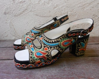 Vintage 70s Embroidered Punjabi Indian Heels Sandals India