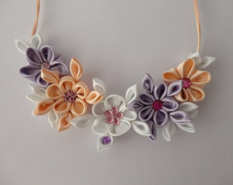 Kanzashi necklace: Floral necklace handmade totally in satin with pastel colors. Elegant, romantic and full of charm