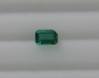 Emerald - 0.56 Carat - Top Quality - Excellent Color, Clarity & Cut -  Corner Chip - Beautiful Gemstone - Eye Clean Clarity