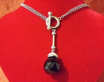 Collana a doppia catenina con pendente diamantato nero e semi cristalli.