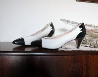 Black and white pumps, curly-cue motifs