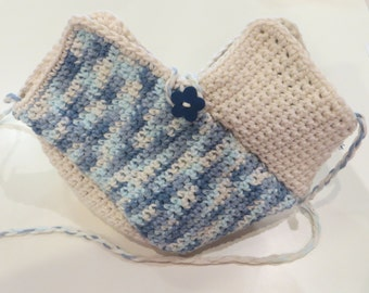 Shoulder bag in blue and ecru cotton crochet cord and flower button