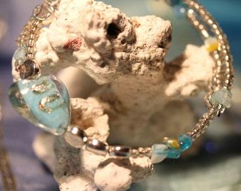 wunderschöner silber türkiser Armreif mit Heilkraft! Berkristall Edelstein, Glas- / Holzperlen, klare Wasseroptik, Spirale für Handgelenk
