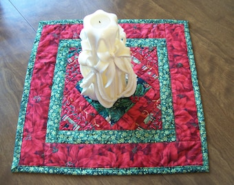Table Topper, Christmas, Poinsetta, Pieced, Quilted, Quiltsy Handmade
