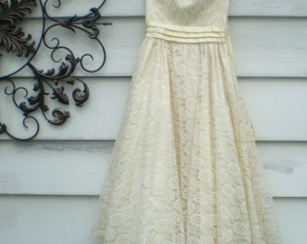 SALE! 1980s GunneSax cream lace strapless party dress- vintage ivory bridal dress- Size 7 strapless pale yellow lace dress- large bow dress
