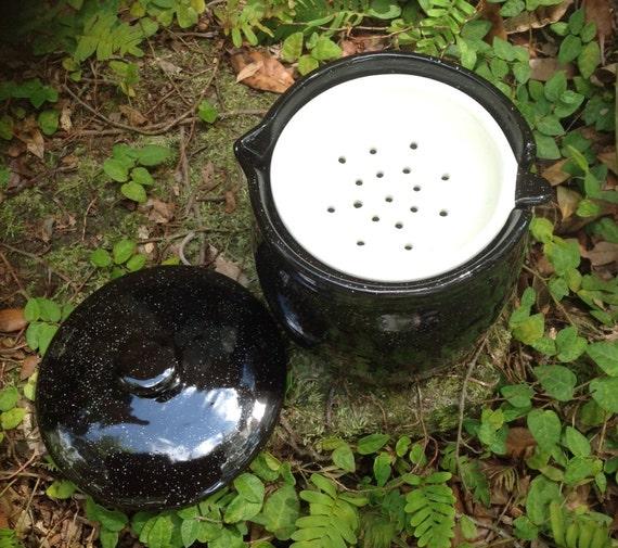 Grease jar lidded pot strainer black white flecks