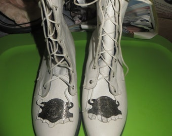 FAB    Victorian  style    white  leather  boots   lace up boots / white kiltie boots and  silver conchs