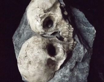 Love Rock Human Skulls Macabre Home Indoor Dungeon Decor Halloween Haunt Creepy Dead Eternal Kiss Fossil Bones Grave Prop Gothic Dark Garden
