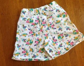 BARGAIN BIN! Gitano Flower Shorts // 80s White Floral High Waisted Denim Shorts Small Medium Flowers